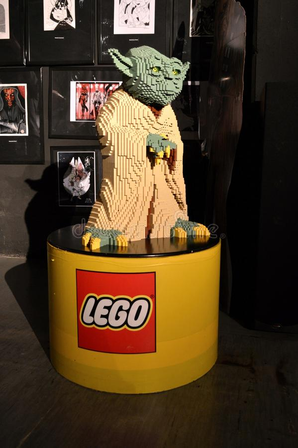 Verkligt format Yoda i Lego royaltyfria bilder