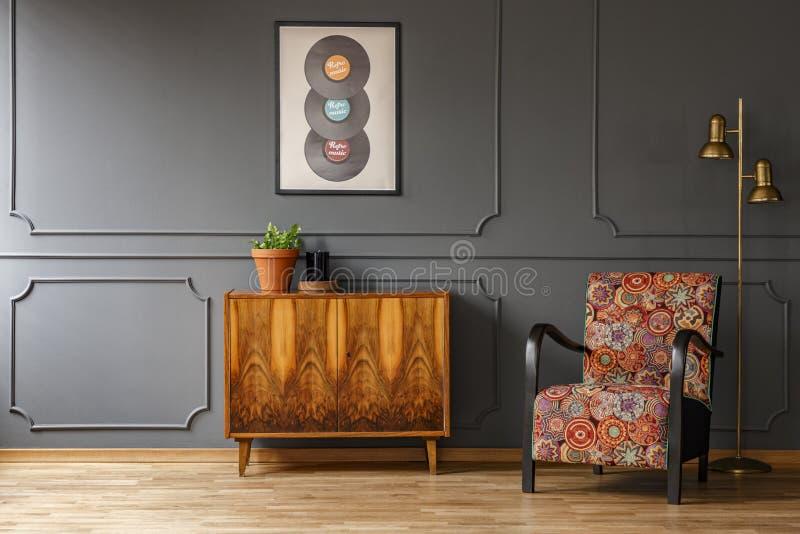 Verkligt foto av det träretro skåpet med den nya växten och stearinljuset royaltyfria bilder