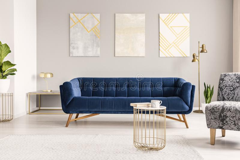 Verkligt foto av en modern vardagsruminre med en soffa, paintin royaltyfri fotografi