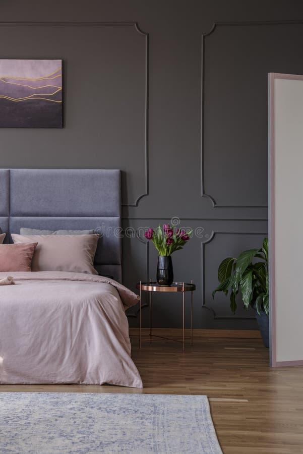 Verkligt foto av sovruminre med kvinnlig design Rosa färgsängne fotografering för bildbyråer
