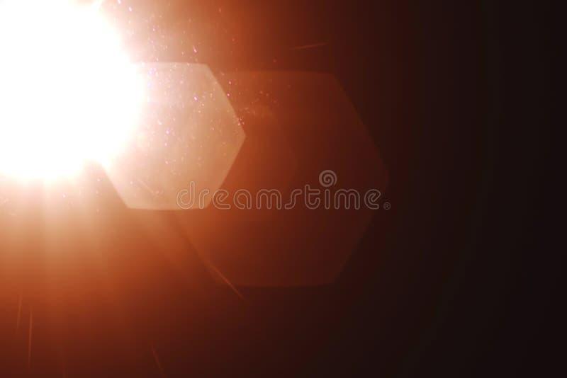 Verkligt ljus läcker, och linssignalljuset överdrar, kall varm guld- tonfärg arkivfoton