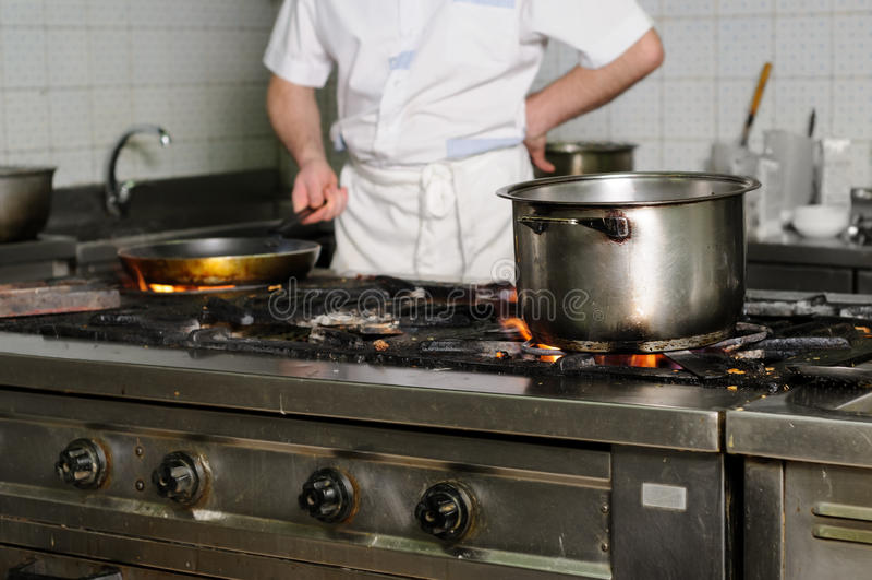Verkligt smutsigt restaurangkök royaltyfria foton