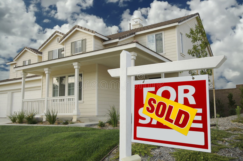 Verkocht Huis voor het Teken en het Huis van de Verkoop stock fotografie