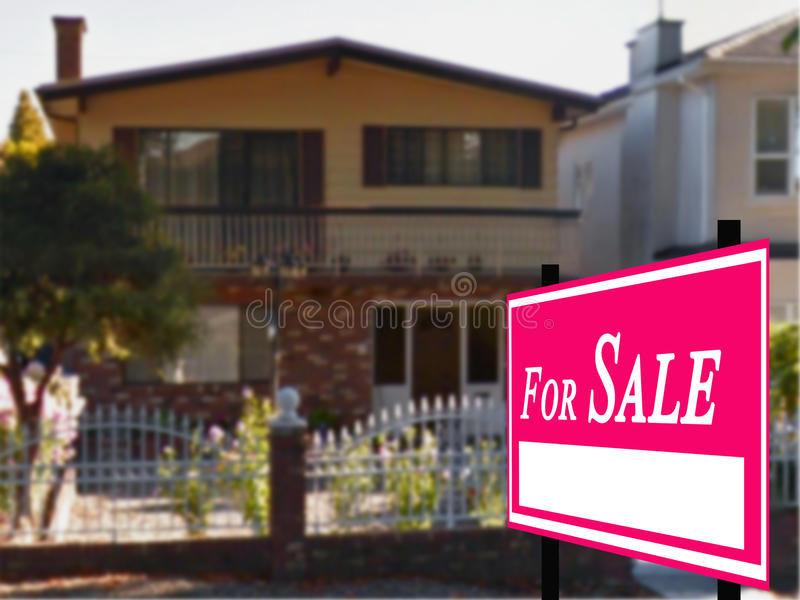 Verkocht Huis voor het Teken van de Onroerende goederen van de Verkoop stock afbeeldingen