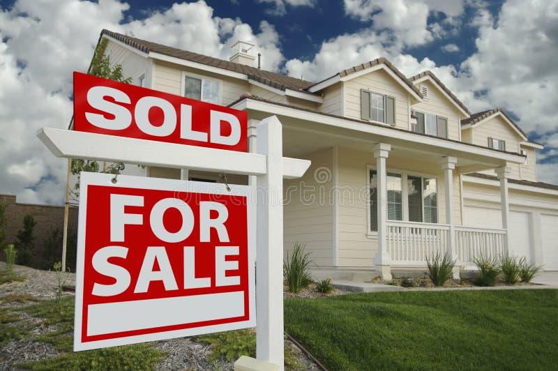 Verkocht Huis voor het Teken van de Verkoop & Nieuw Huis royalty-vrije stock afbeeldingen