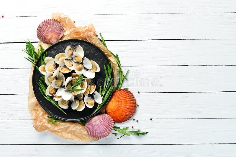 Verkochte Muscheln in einer Platte stockfotos