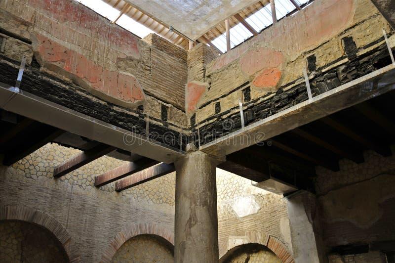 Verkohlter hölzerner Strahl in Herculaneum stockfotos