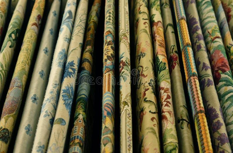 Verkoop - de kleurrijke stoffen in de opslag, sluiten omhoog stock fotografie
