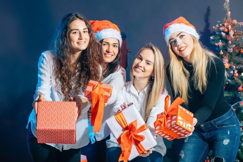 Verkoop, de wintervakantie, Kerstmis en mensenconcept royalty-vrije stock fotografie