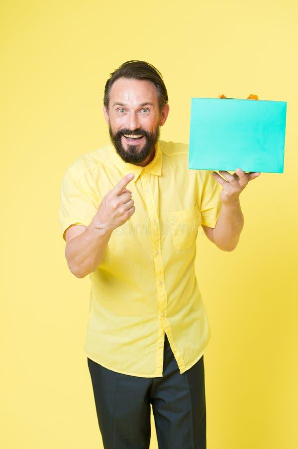 Verkoop en korting Online Winkelend Voordelige aankoop Winkelmedewerker of verkoopdeskundige Het winkelen geluk Mens stock foto
