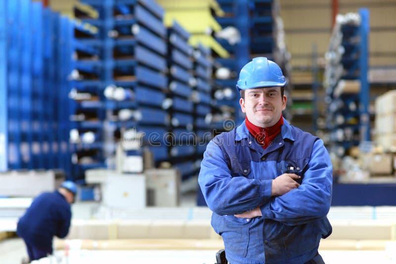 Verkoop en opslag van industrieel goederen en staal in een fabriekszaal stock afbeelding