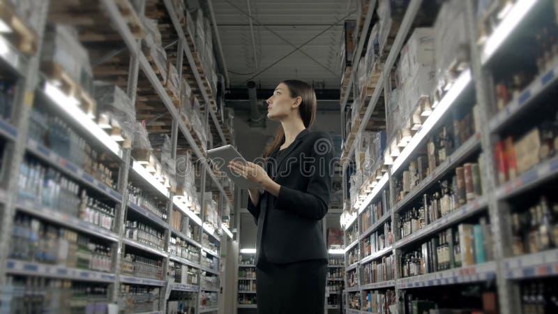 Verkoop, het winkelen, consumentisme en mensenconcept - sluit omhoog van jonge vrouw met binnen de computer van tabletpc in markt royalty-vrije stock foto