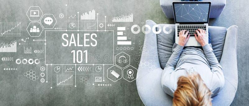 Verkoop 101 met de mens die laptop met behulp van royalty-vrije stock foto