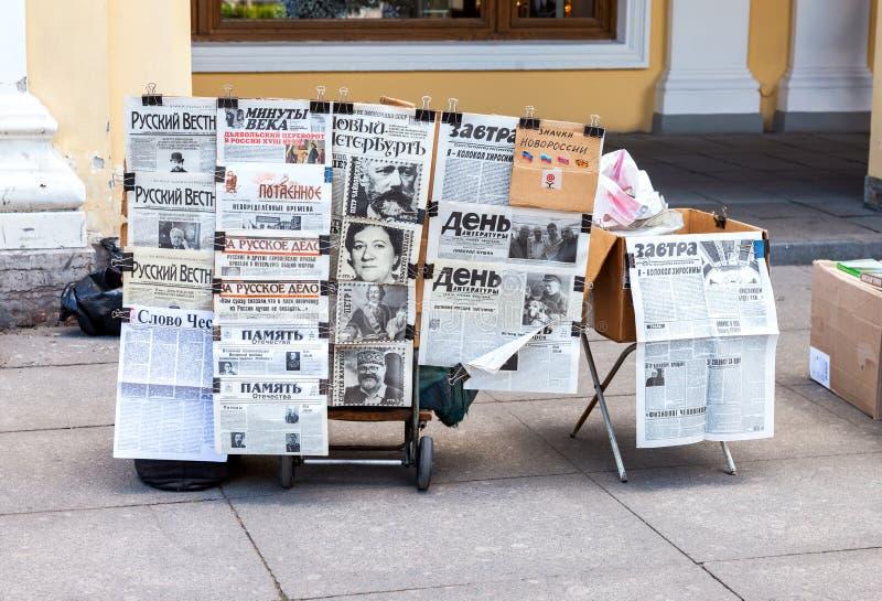 Verkoop Russische kranten op Nevsky Prospekt in St. Petersburg, Rusland stock foto