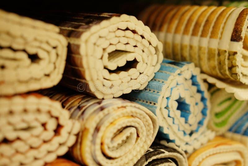 Verkoop van badmatten in de opslag stock fotografie