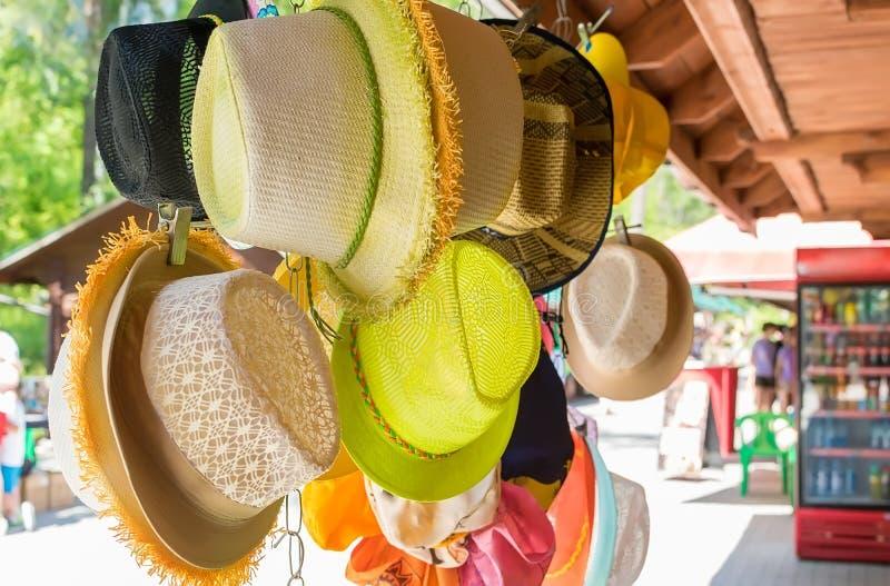 Verkoop van de hoeden van het vrouwenstro stock foto