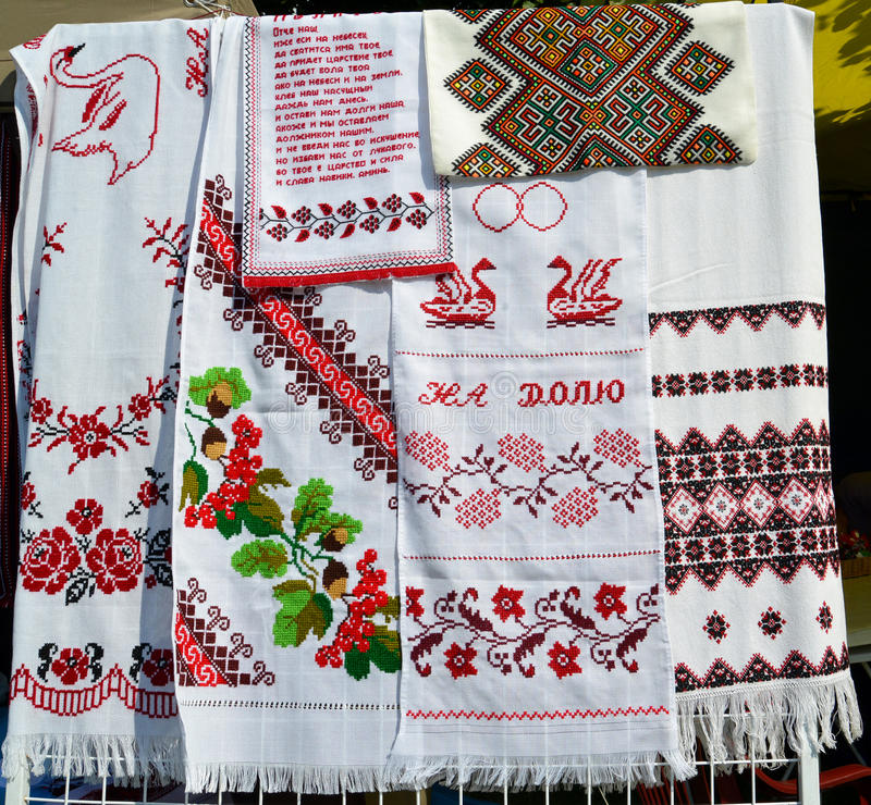 Verkoop van de Oekraïense bankhamers bij markt van nationale creativiteit stock foto