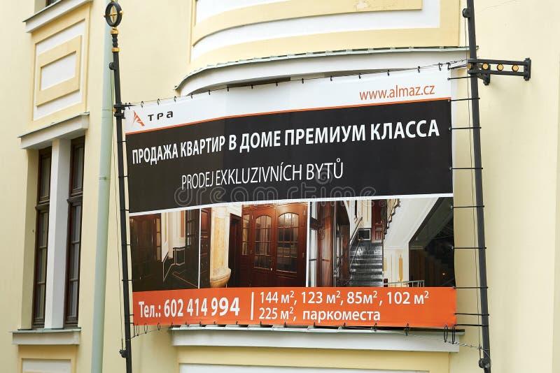 Verkoop van exclusieve luxueuze flatgebouwen met koopflats voor rijke Russen royalty-vrije stock afbeelding