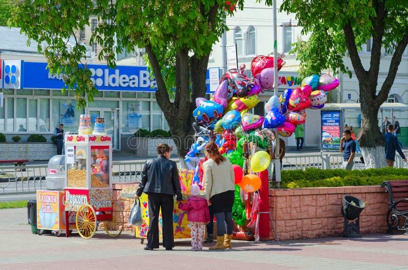 Verkoop van gesponnen suiker, popcorn en kleurrijke ballons op stadsstraat, Gomel, Wit-Rusland stock fotografie