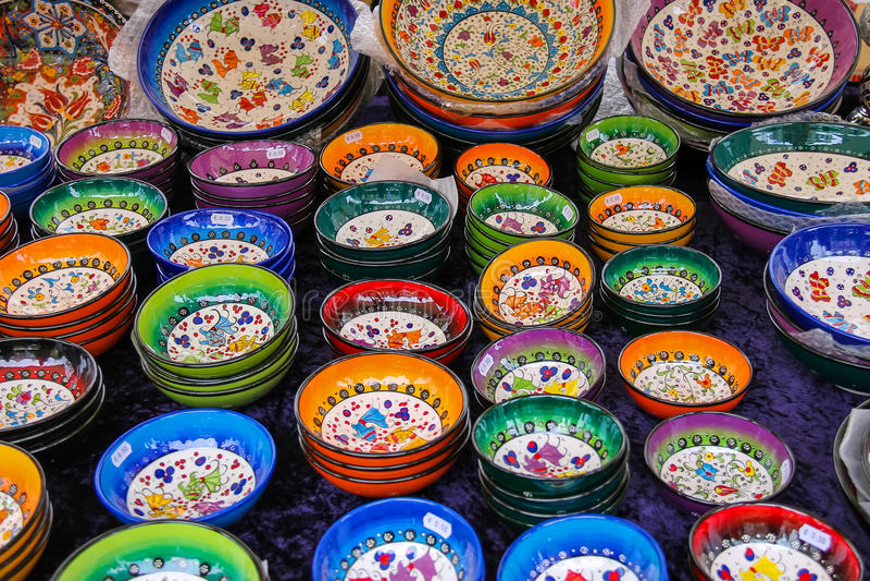 Verkoop van kleurrijk aardewerk bij de straatwinkel op de Grote-Markt stock foto