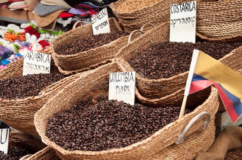 Verkoop van koffiebonen van verschillende verscheidenheden van killograms op de markt in de stad van Akko in Israël stock fotografie