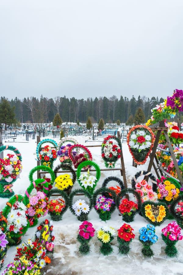 Verkoop van kunstbloemen en kronen bij offi van de stadsbegraafplaats stock fotografie