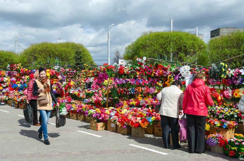 Verkoop van kunstbloemen op Prudkovskii-markt, Gomel, Wit-Rusland stock afbeelding