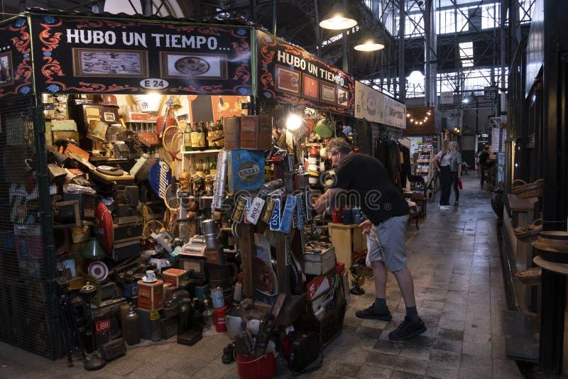 Verkoop van oude schapen in de Markt van San Telmo, Buenos aires, Argentini? royalty-vrije stock afbeeldingen