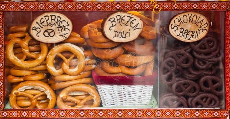 Verkoop van pretzel in een Kerstmismarkt royalty-vrije stock foto