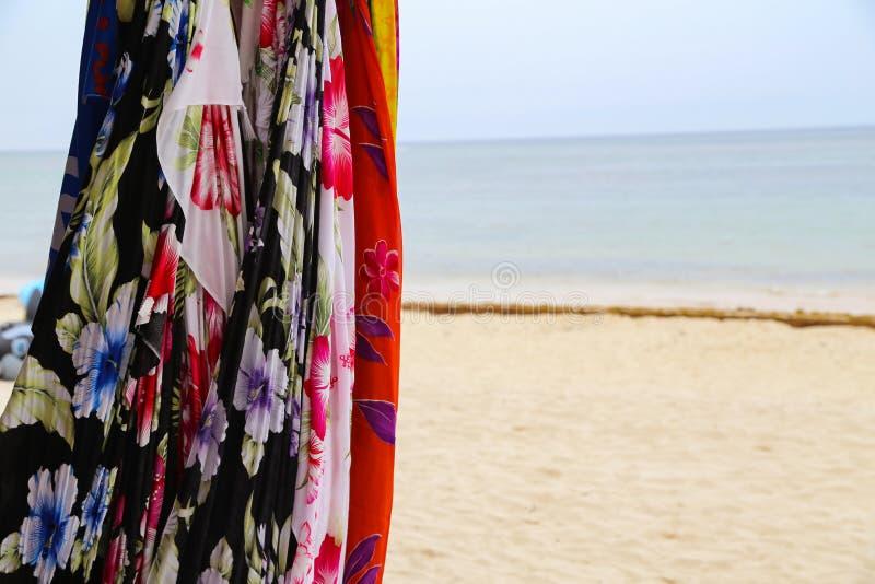 Verkoop van sjaals en kleding stock fotografie