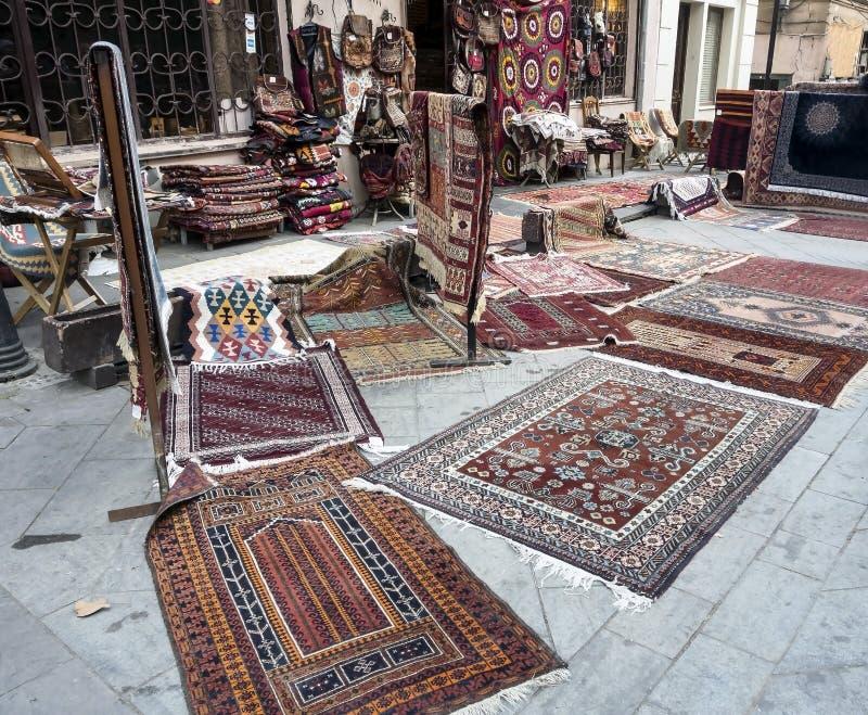 Verkoop van tapijten op de straat in Tbilisi royalty-vrije stock fotografie
