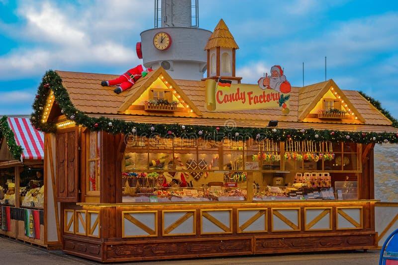 Verkoop van traditionele Kerstmissnoepjes op de Kerstmismarkt Huis met suikergoed stock afbeelding