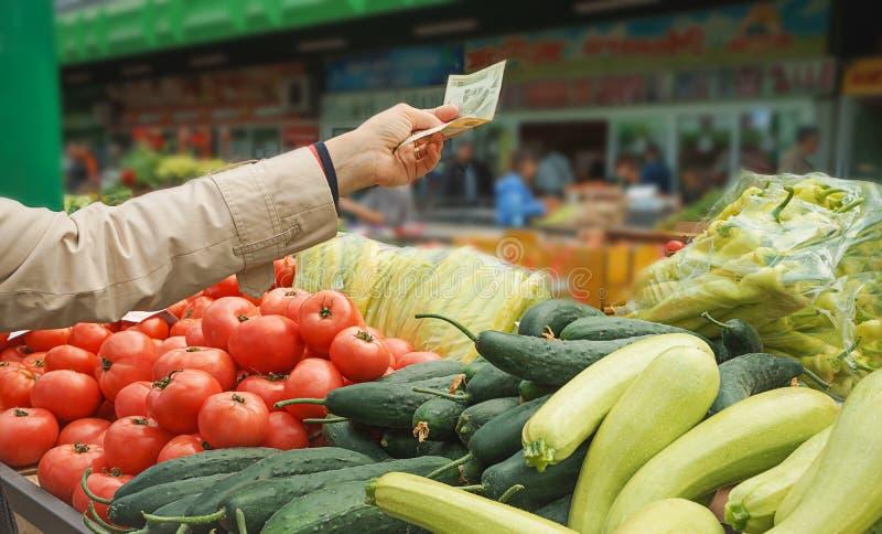 Verkoop van verse en organische vruchten en groenten bij de groene markt of landbouwersmarkt royalty-vrije stock foto