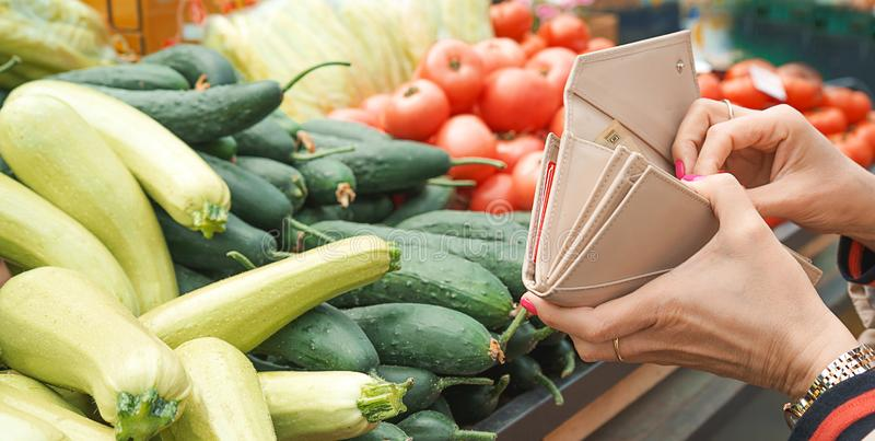 Verkoop van verse en organische vruchten en groenten bij de groene markt of landbouwersmarkt royalty-vrije stock foto's