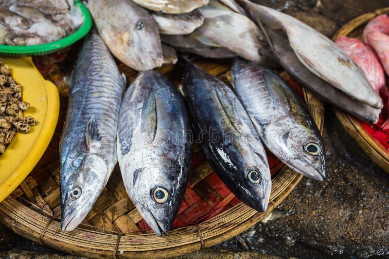 Verkoop van vissen en zeevruchten in markt stock afbeelding
