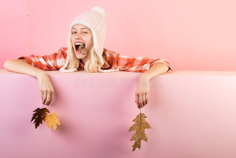 Verkoop voor volledige de herfstinzameling, ongelooflijke kortingen en prachtige keus Het mooie meisje geeft knipoogt op achtergr stock afbeeldingen