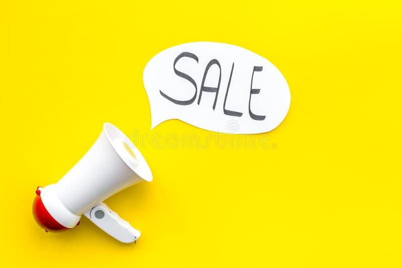 Verkoopconcept met megafoon Verklaar de verkoop Elektronische megafoon dichtbij woordverkoop in wolk op gele bovenkant als achter stock foto