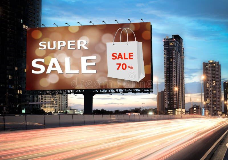 Verkoopconcept, Openluchtaanplakborden, super verkoop stock fotografie
