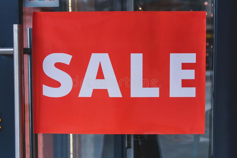 Verkoopteken op de deur van manieropslag Korting, kleinhandelsteken liften, glas en metaal royalty-vrije stock afbeelding