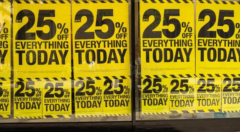 Verkooptekens in winkelvensters stock foto