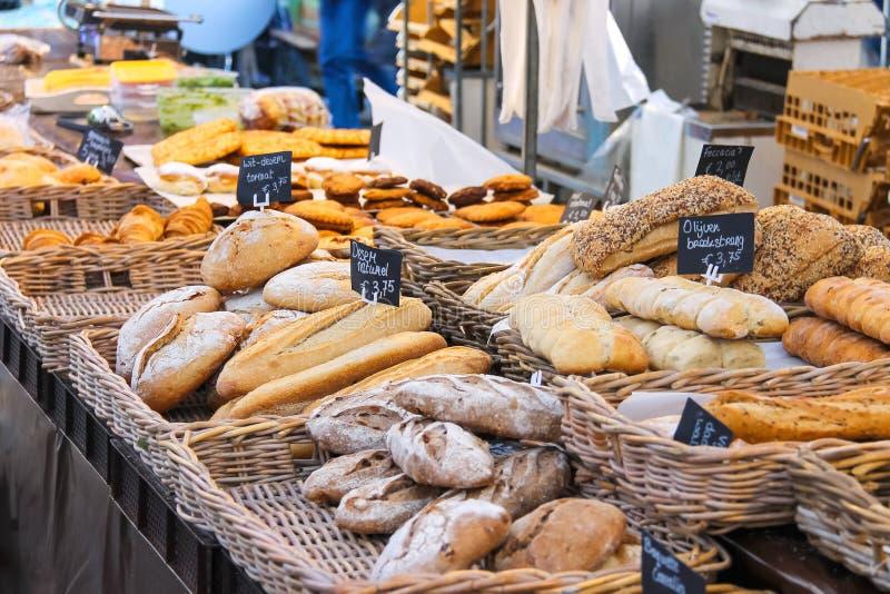 Verkopend brood op de markt, Nederland royalty-vrije stock fotografie