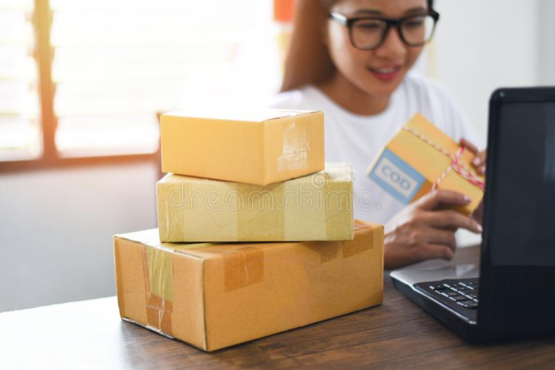 Verkopend online elektronische handel die online het winkelen levering en orde start kleine het bedrijfseigenaar werk concept ver royalty-vrije stock foto