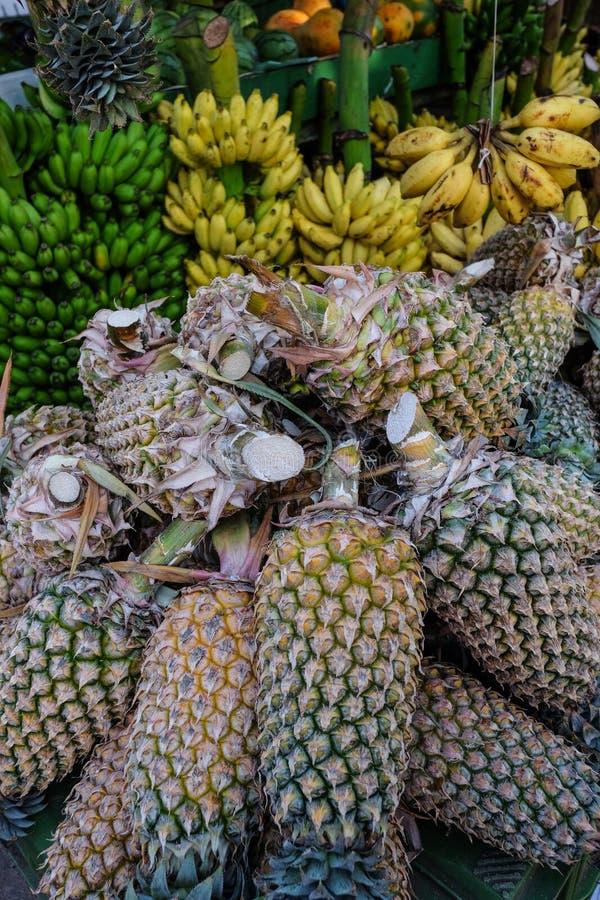 Verkopende ananasvruchten bij landelijke markt stock foto