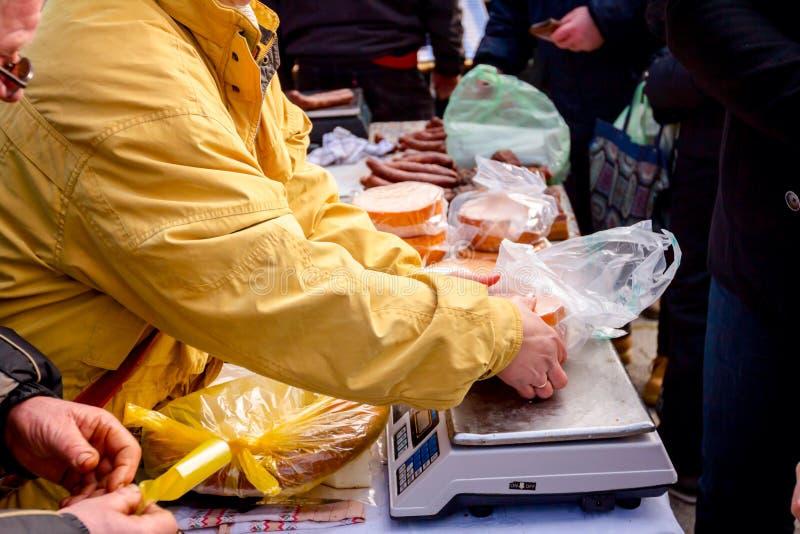 Verkopende binnenlandse kazen en worsten op box, straatmarkt stock foto's