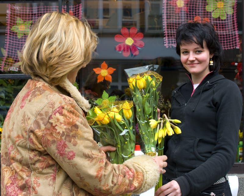 Verkopende de lentebloemen van de vrouw stock afbeelding