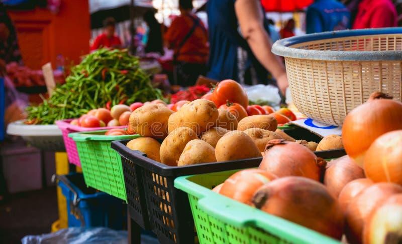 Verkopende groenten bij verse markt, gezond voedsel royalty-vrije stock foto's