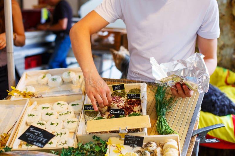 Verkopende kaas op marktplaats in de Provence, Frankrijk stock fotografie