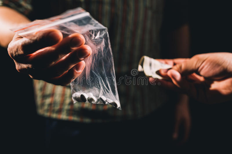 Verkopende onwettige pillen royalty-vrije stock afbeeldingen