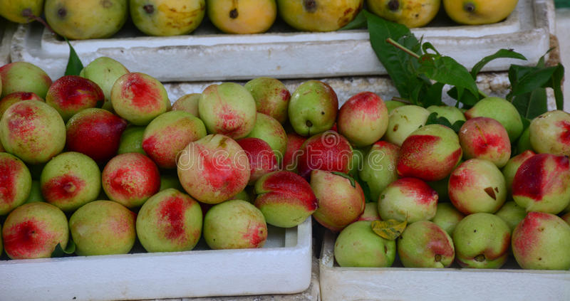 Verkopende vruchten bij markt in Moc Chau royalty-vrije stock fotografie