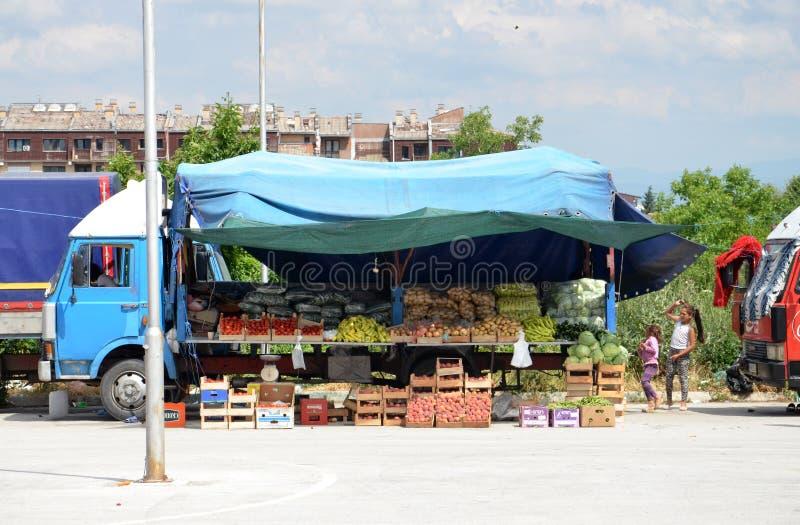 Verkopende vruchten en groenten van vrachtwagen stock afbeeldingen